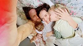 Tomáš Klus je na přebalu nového minialba s celou rodinou.