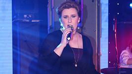Tereza Černochová zpívala v plesové róbě.