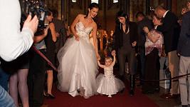 Jana Doleželová jako nevěsta s šestnáctiměsíční dcerkou návrhářky v totožném modelu.