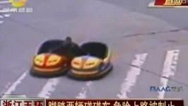 Číňan řídil na rušné silnici dvě vozítka z autodromu