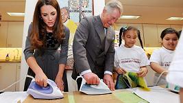 To se jen tak nevidí - Kate s princem Charlesem s žehličkou v ruce.