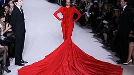 Yasmin Le Bon na sobě měla šaty vážící 50 kilogramů.