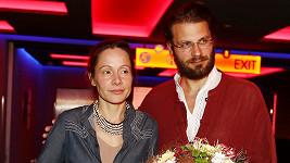 Petr Svoboda s manželkou Lucií na premiéře jeich filmového počinu Pírko. Lucia film režírovala i si v něm zahrála.