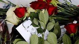 Pietní místo před americkou ambasádou v Moskvě. Na Chestera Benningtona vzpomínají lidé po celém světě.