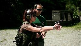 Bára se naučila i střílet.