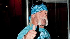 Wrestler Hulk Hogan ukazuje jedničku, ale do smíchu mu není ani trochu.