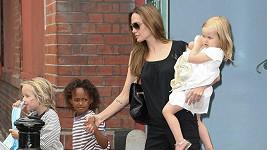 Matka na roztrhání: Angelina Jolie se svými dětmi.