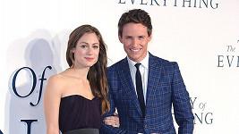 Eddie Redmayne s Hannah Bagshawe na premiéře Teorie všeho.