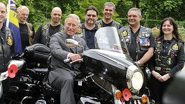 Princ Charles je mezi motorkáři ve svém živlu.