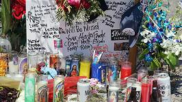 Na místě neštěstí se hromadí květiny, svíčky a vzkazy.