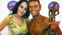 Nadya s novým partnerem Frankiem a jeho trofejí ze soutěže v bodybuildingu.