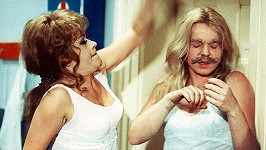 Ve filmu Čtyři vraždy stačí, drahoušku (1970) si herečky daly do těla.