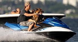 Iglesias se svým psem na vodním skútru na Miami Beach.