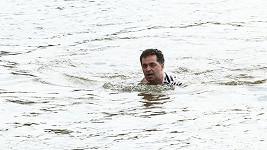 Martin Dejdar v ledové vodě při natáčení seriálu Přístav