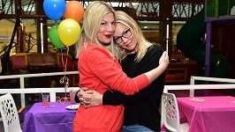 Tori Spelling a Jennie Garth jsou nejen kolegyně, ale i dobré kamarádky. Fotka je z oslavy druhých narozenin Toriina nejmladšího syna.
