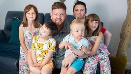 Ben Carpenter s adoptovanými dětmi