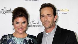 Valerie a Dylan alias Tiffani Thiessen a Luke Perry na premiérovém promítání filmu Northpole.
