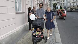Václav Neužil s rodinkou na kolonádě