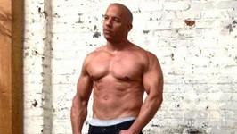 Vin Diesel se popasuje s jakýmkoli zloduchem, i tuhle kočičku dokázal zkrotit.