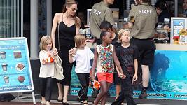 Angelina Jolie vzala do Austrálie i své děti, které krmí místními specialitami.