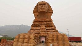 Činská sfinga je na první pohled od egyptského originálu k nerozeznání.