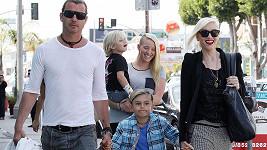 Manžel Gwen Stefani Gavin Rossdale měl mít s chůvou (v pozadí) poměr tři roky.