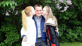 Kromě své přítelkyně Terezy líbal Filip Janeček i její sestru.