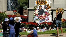 K pomníku Michaela Jacksona se scházeli stovky lidí s květinami a dopisy.