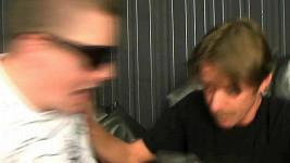 Kazma nevěřícně zírá, jak ho Langmajer napadá.