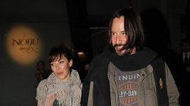 Keanu Reeves s tajemnou brunetkou.