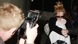 Adele střežila svého synka před fotografy.