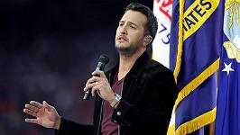 Luke Bryan při zpívání národní hymny během letošního SuperBowlu.