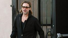 Zraněný Brad Pitt se musí opírat o hůl.