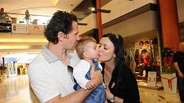 Patrik Eliáš s manželkou a dcerou.
