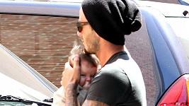 Rozespalá Harper Seven v náručí šťastného otce Davida.