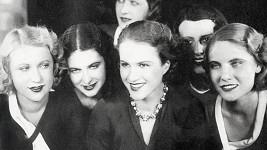Adina Mandlová byla ve svém prvním filmu Děvčátko, neříkej ne (1932) k nepoznání.