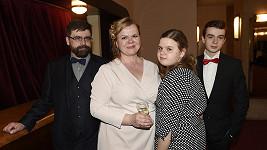 S manželem i dětmi běžně do společnosti Sabina nevyráží...