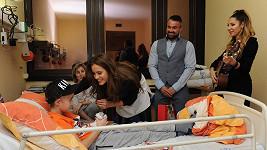Olga se Zuzkou navštívili téměř třicet hospitalizovaných dětí a předaly jim dárky.