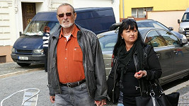 Ladislav Frej se svou přítelkyní Gábinou ruku v ruce.