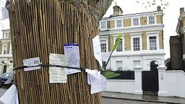 Fanoušci u domu Amy Winehouse stále zanechávají vzkazy.