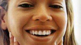 Detail zpěvaččiny přirozené tváře nemá chybu.