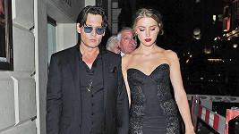 Johnny Depp se má na Silvestra oženit se snoubenkou Amber Heard.