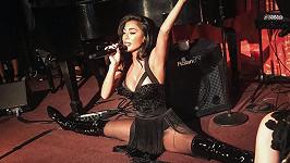 Nicole Scherzinger předvedla flexibilitu přímo na pódiu.