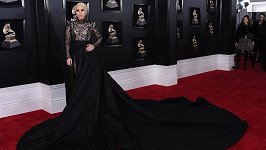 Pro letošní Grammy zvolila Lady Gaga velmi dramatickou róbu.