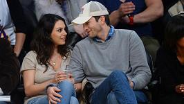 Ashton Kutcher a Mila Kunis konecem roku navštívili basketbalový zápas.