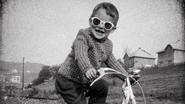 Zpěvák na fotce z dětství.