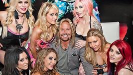 Frontman skupiny Mötley Crüe Vince Neil se svými zaměstnankyněmi.