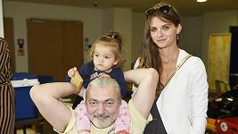Dan s dcerkou a manželkou