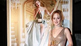 Tereza u plakátu luxusního plesu.