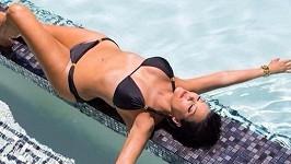 Kris Jenner se pochlubila svou postavou u bazénu.